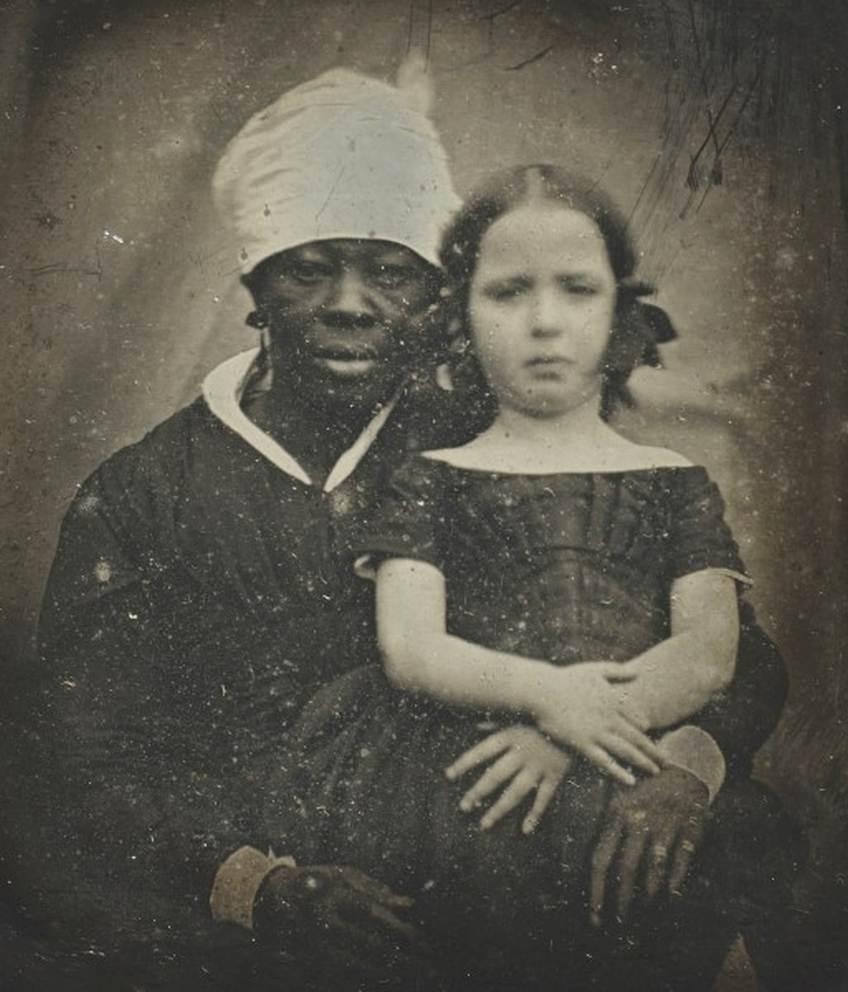 Tidligt foto (daguerreotypi) af den danske pige Louisa Bauditz og hendes amme Charlotte Hodge, ca. 1847.